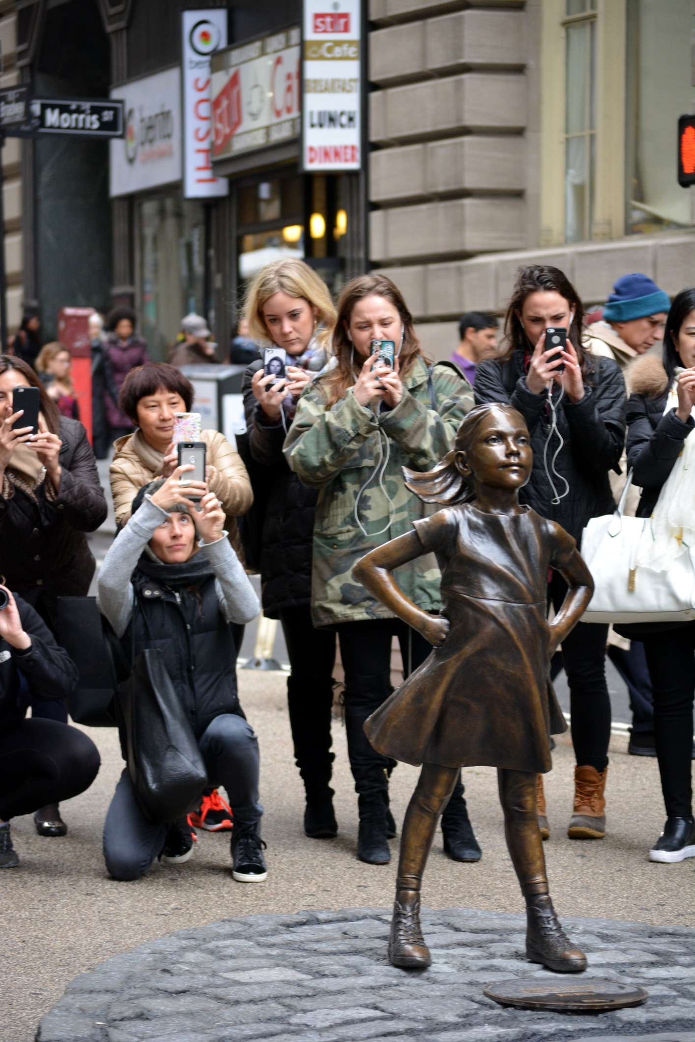 iStock 649795922 Uma menina em Wall Street