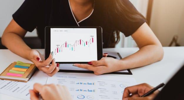 investimento em bolsa de valores reuniao da equipe de negocios e visualizacao do grafico de negociacao avaliando o valor de mercado 103643 54 Day trade: Saiba como funciona esta operação na bolsa